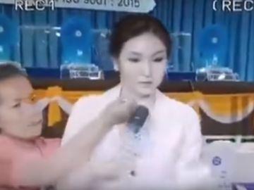 La atacante clavando el destornillador a la presentadora