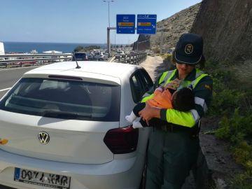 Guardia Civil haciéndose cargo de un bebé