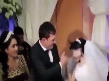 Un hombre propina una brutal bofetada a su esposa por gastarle una broma en el banquete de su boda