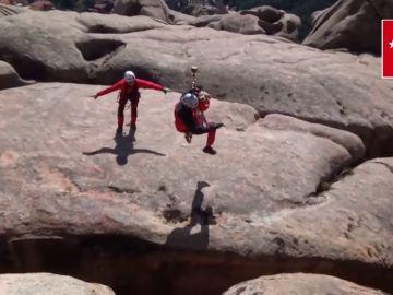 El impresionante rescate de un perro a punto de precipitarse por una brecha de 20 metros en La Pedriza