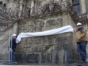 La Catedral de Santiago aparece con nuevas pintadas en la fachada