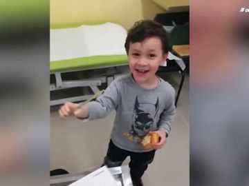 La emocionante reacción de un niño al utilizar su brazo ortopédico por primera vez