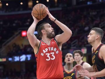 Marc Gasol intenta lanzar a canasta ante los Cavaliers