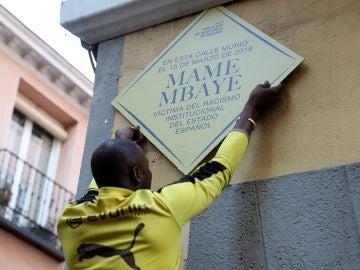 Placa en recuerdo de Mame Mbaye
