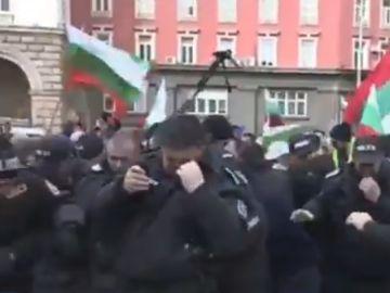 Los agentes búlgaros afectados por el gas pimienta