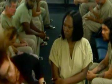 Un preso propina un brutal puñetazo