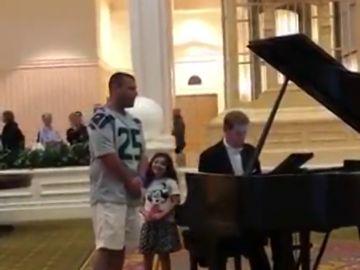 Un padre canta 'Ave María' en Disney World mientras su hija le mira emocionada