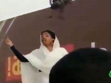 Alaa Salah vestida de blanco, símbolo de la revolución en Sudán.