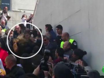 VÍDEO REEMPLAZO | Estudiantes intentan boicotear un acto de Álvarez de Toledo (PP) en la Universidad Autónoma de Barcelona