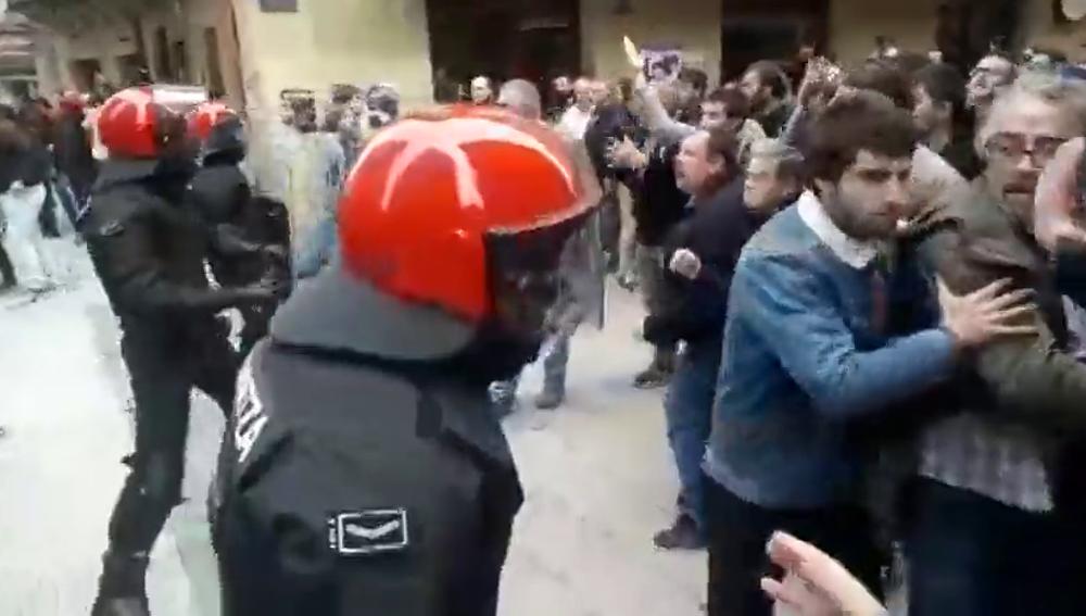 """Entre gritos de """"fascistas"""" y lanzamientos de botellas y mecheros: el paso de Ciudadanos por Errenteria"""