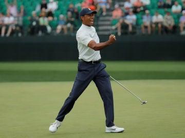 Tiger Woods celebra un birdie en el Masters de Augusta