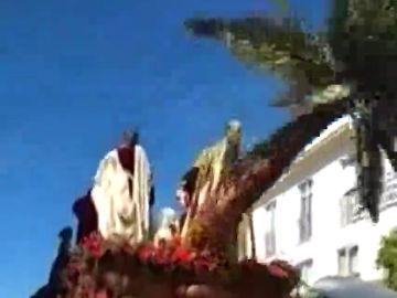 Semana Santa: cae la palmera del paso de 'La Borriquita' en Córdoba y golpea a un costalero