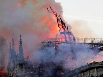 Cae la aguja central de Notre Dame