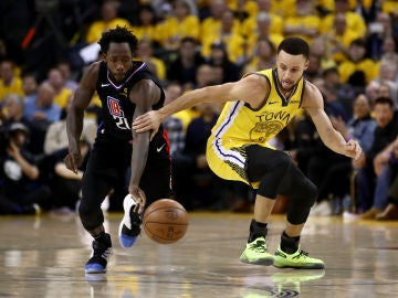 Beverley le roba la cartera a Curry