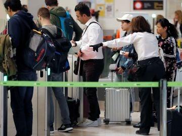 Pasajeros esperando su vuelo en Barajas