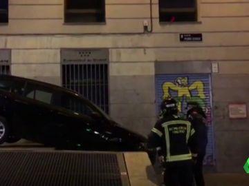Un VTC se estrella en una plaza del centro de Madrid y culpa al GPS de indicarle mal la dirección