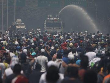 Simpatizantes de Juan Guaidó se enfrentan a las fuerzas oficialistas