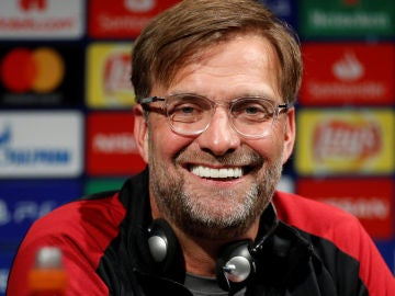 Klopp sonríe en la sala de prensa
