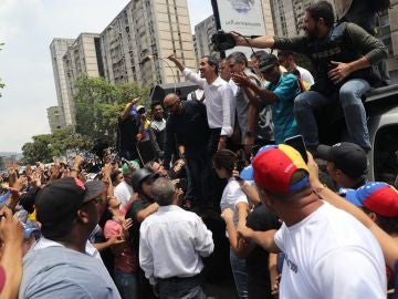 Cientos de opositores escuchan al líder opositor Juan Guaidó