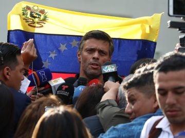 El líder opositor Leopoldo López habla ante los medios