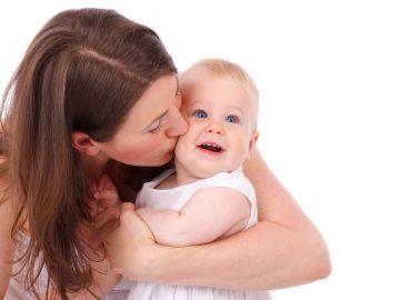 Imagen de archivo de una madre con su hijo