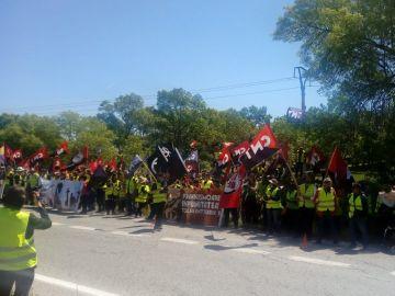 La CNT se concentra en el Valle de los Caídos para pedir la retirada de la cruz y el mausoleo franquista