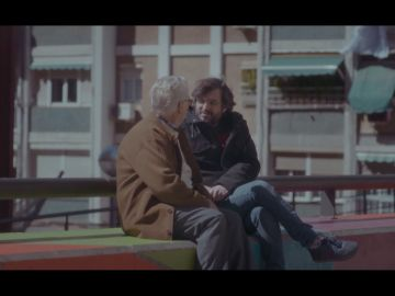 Un vecino de Cornellá con Jordi Évole