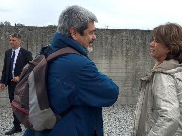 En la imagen, la ministra de Justicia, Dolores Delgado, conversa con el presidente de la asociación Amical de Mauthausen, Enric Garriga