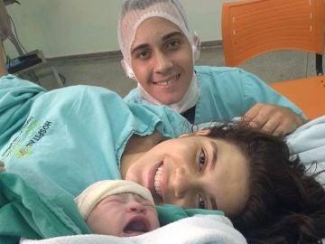 La pareja, momentos después de dar a luz a su bebé