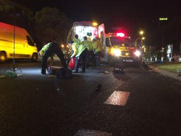 Una ambulancia en el lugar en el que un hombre ha sido atropellado en Madrid