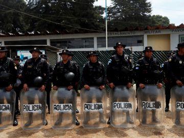 Agentes de la Policía de Guatemala aguardan frente a la cárcel de Pavón