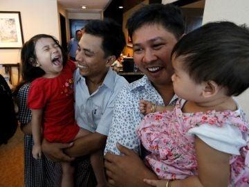 Los reporteros de Reuters se reencuentran con sus familias