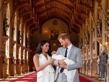 El príncipe Harry y Meghan, duquesa de Sussex, posan junto a su recién nacido en Windsor (Reino Unido)