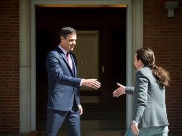 El presidente del Gobierno en funciones, Pedro Sánchez (i), recibe al líder de Podemos Pablo Iglesias