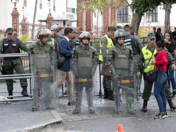 Miembros de la Guardia Nacional Bolivariana impiden el paso de periodistas al edificio de la Asamblea Nacional