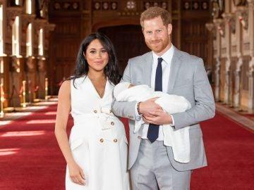 Meghan Markle y el príncipe Harry junto a su hijo