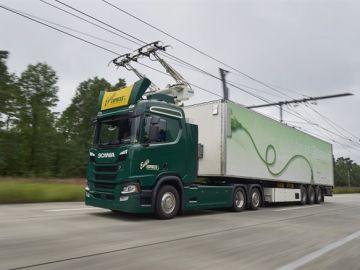 Un camión circulando por un tramo de autopista eléctrica en Alemania