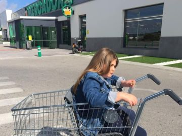 Imagen de la niña con movilidad reducida en un carro adaptado del Mercadona