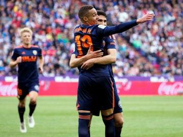 Rodrigo y Guedes celebran el gol del Valencia