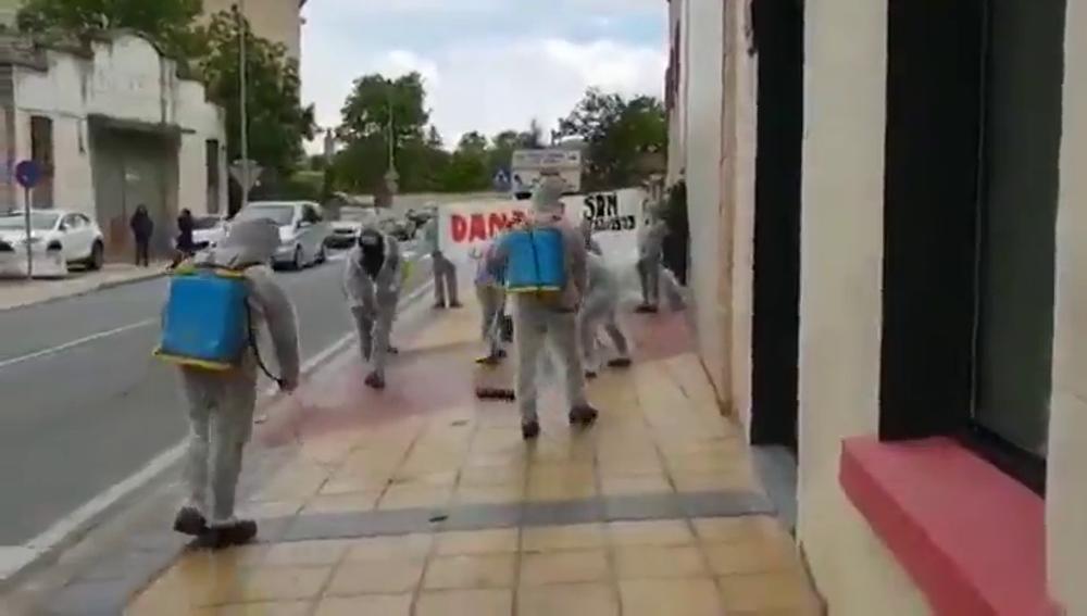 Limpian el suelo por donde pasa Albert Rivera vestidos con trajes de fumigar en un acto en Estella