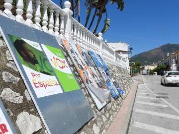 Carteles de los distintos partidos expuestos en una calle de la localidad malagueña de Benahavís, municipio con un 70 por ciento de residentes extranjeros y cercano a Marbella.