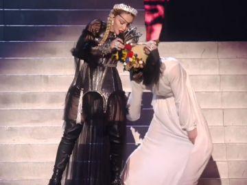 Madonna durante su actuación en Eurovisión