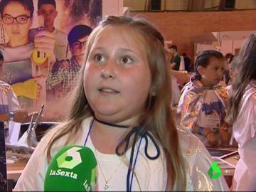 Una niña hablando de 'El libro del agua'