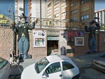 """El pub Chaplin's en Benidorm luce un cartel de """"¿Quieres alquilar un enano?""""."""