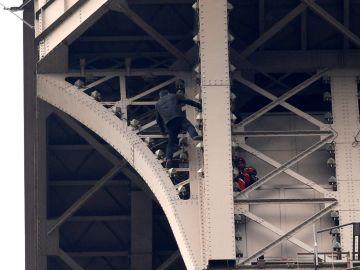 Detienen al hombre que escaló hasta la cumbre de la Torre Eiffel