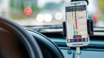 Imagen de archivo de un teléfono móvil usado como navegador en un vehículo.