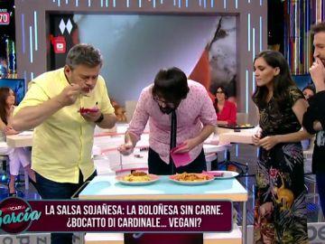 Miki Nadal y Quique Peinado prueban la salsa 'sojañesa'