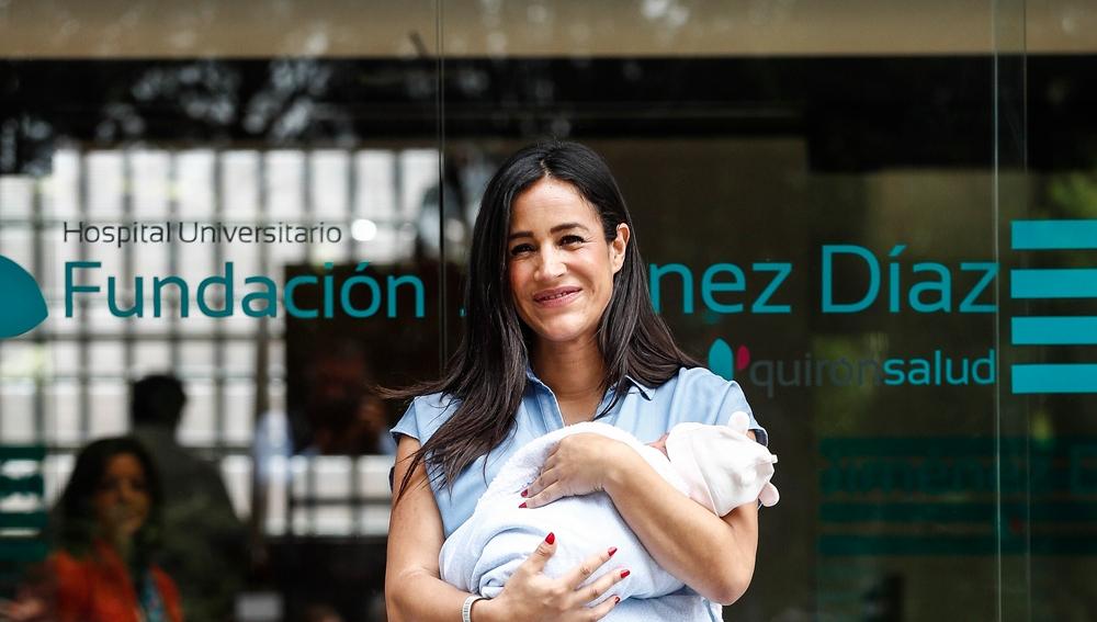 Begoña Villacís abandona el hospital con su hija