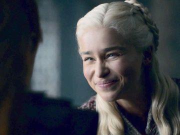 Fotograma de Daenerys Targaryen sonriendo en 'Juego de Tronos'