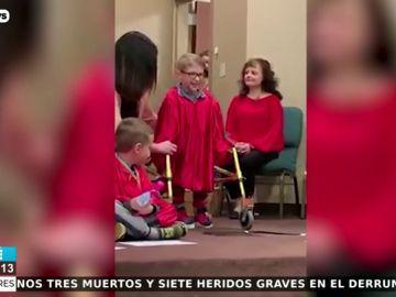 La historia de superación de un niño de cinco años con espina bífida que caminó por primera vez en su graduación